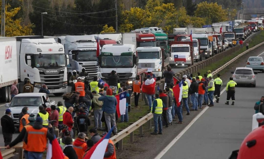 Camioneros PRESIONAN al gobierno y AMENAZAN con ROMPER diálogo con la moneda