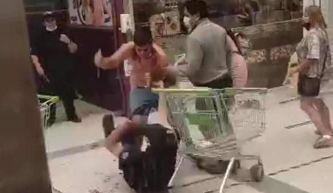 DANTESCO! Video muestra como delincuente APUÑALA a 3 guardias del supermercado Tottus