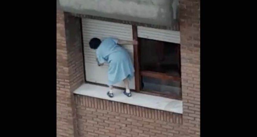 INDIGNACIÓN por video de mujer limpiando ventanas en un SÉPTIMO PISO