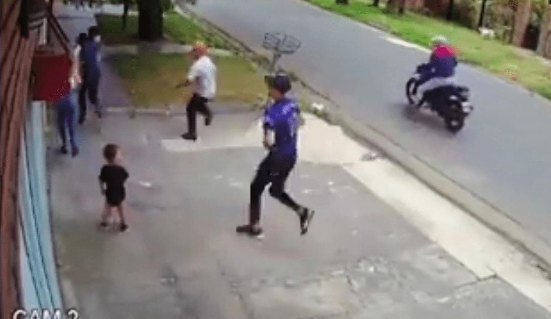 VIDEO: Polémica por madre que ABANDONA a su pequeño hijo al ser ASALTADA