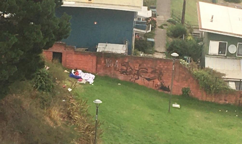 Vecinos denuncian MOTEL AL AIRE LIBRE en el Parque Ecuador, tienen hasta CAMA