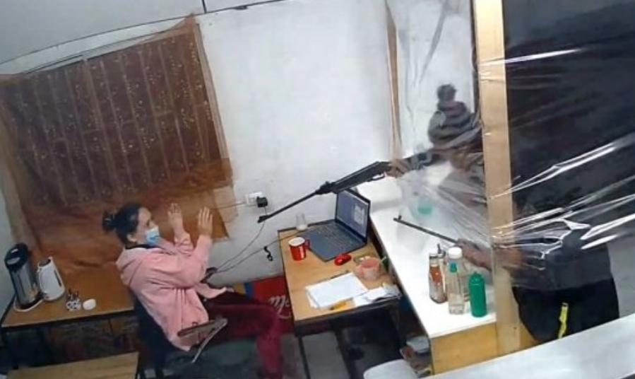 HORROR! Cámara de seguridad capta VIOLENTO ASALTO a local de comida rápida en CURICÓ