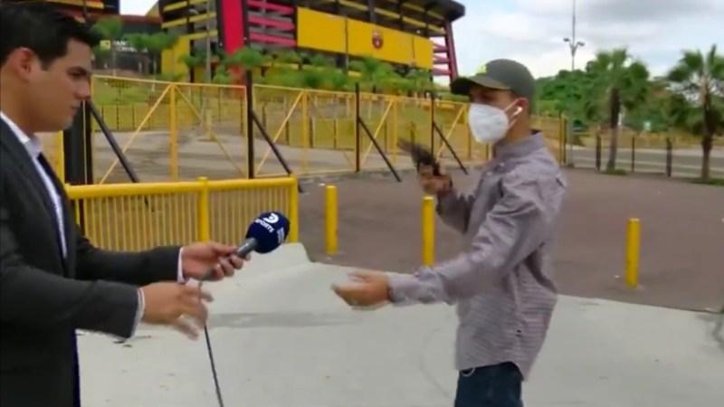 Con PISTOLA e insultos: periodista y camarógrafo sufren VIOLENTO ASALTO mientras realizaban NOTA