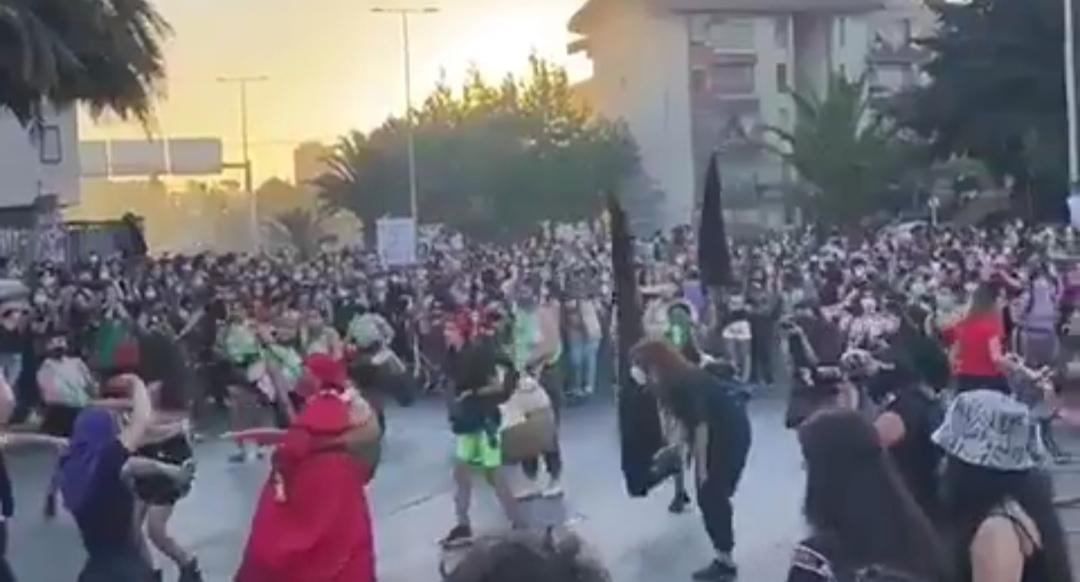 Mas de 3.000 MUJERES marcharon por el centro de Concepción conmemorando el Dia de la Mujer