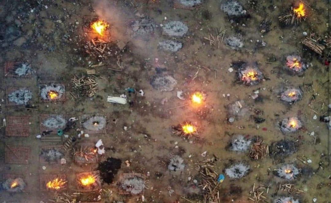 Situación APOCALÍPTICA: muertos por COVID en India son QUEMADOS en LA CALLE por falta de crematorios