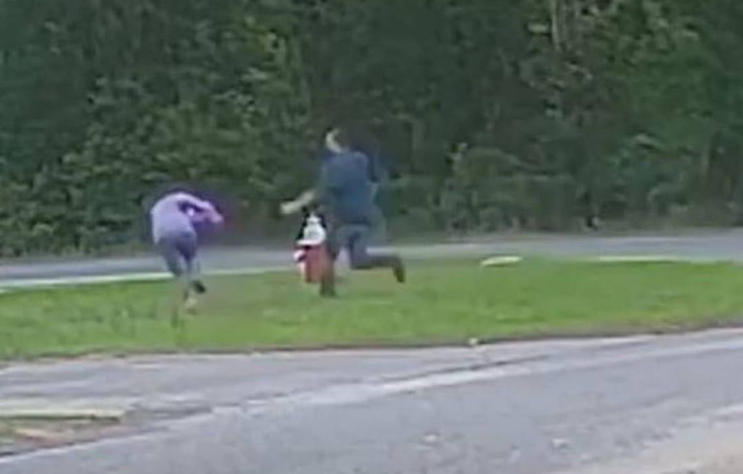 Video muestra como sujeto intenta SECUESTRAR a menor de 11 años que esperaba un autobus