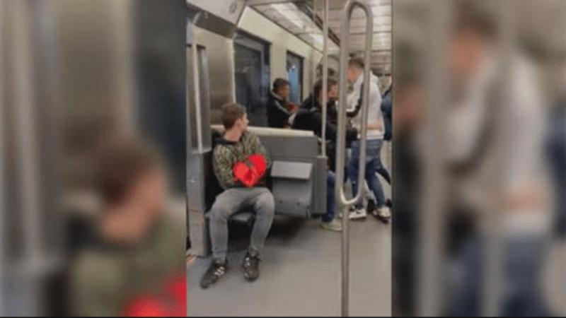 (VIDEO) Cinco jóvenes dan una brutal paliza a un hombre que «los miró mal»