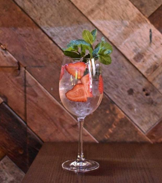 Skinny Spritzer cocktaial with strawberry and mint garnish