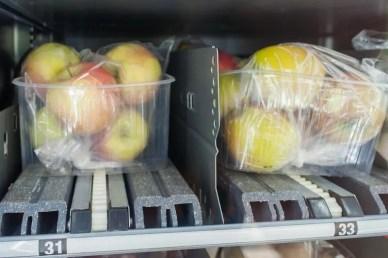 Blick auf zwei Fächer mit zwei verschiedenen Apfelsorten