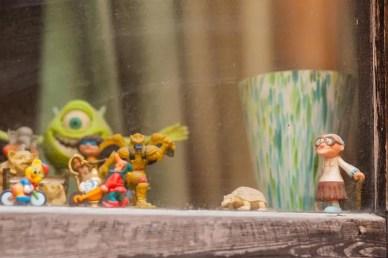 Figuren aus Comics und Zeichentrickfilme der 90er postiert auf einer Fensterbank