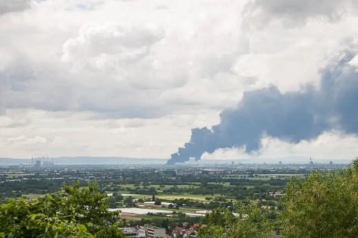 Blick in die Oberrheinische Tiefebene von Heidelberg in Richtung Mannheim. Eine große Rauchwolke zieht in Richtung Norden