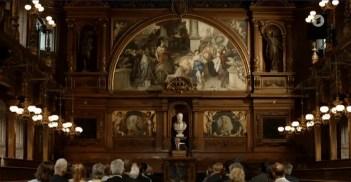 Sprecher zentral, in Historischem Saal mit Publikum.