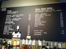 Eine Tafel mit dem Getränleangebot des Aroma Café.