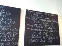 Auf einer Tafel ist das Angebot des Cafés aufgeschrieben.