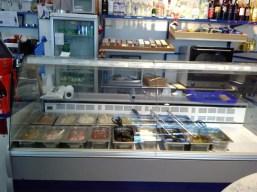Griechische Vorspeisen in einer Kühltheke.