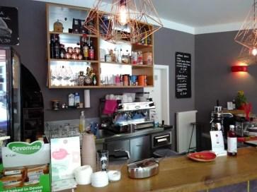 Theke und der Blick dahinter auf Kaffeemaschine und Gläser.