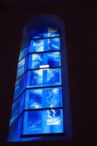Farbiges Glasfenster in Blautönen