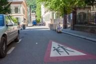 Theaterstraße. Auf dem Boden ist ein Vorsicht-Schild mit spielenden Kindern aufgemalt.