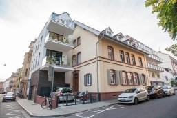 """Blick auf das Gebäude """"bei Maria"""" in der Bergstraße im Weitwinkel"""