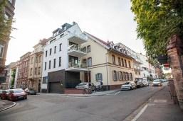 """Blick auf den Straßenzug und das Gebäude """"bei Maria"""" in der Bergstraße im Weitwinkel"""