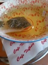 Eine große Schale Tee mit einem Teebeutel darin.