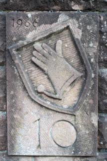 Handschuhwappen in der Wand.