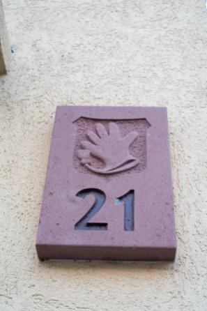 Steintafel mit einem Handschuh und der Zahl 21