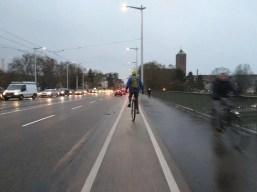 Auf der Gegenspur der Brücke ist viel Verkehr.