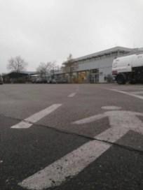 Auf dem Boden ist ein Fußweg eingezeichnet.