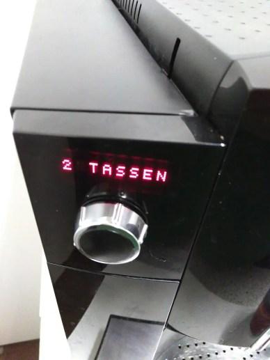 Kaffee ist nötig. Zwei Tassen werden an der Maschine angezeigt.