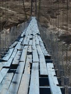 Puente colgante sobre el río Mayo, en Mesa Colorada