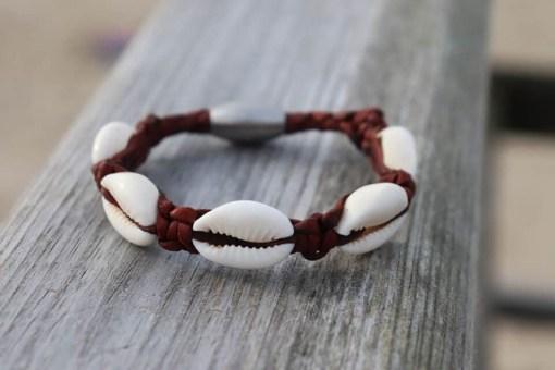 Handgeflochtenes Leder Muschelarmband Kaurimuschel