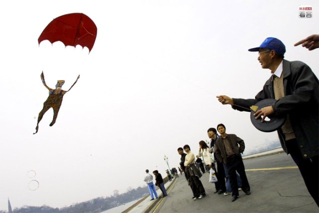 Hangzhou. A retired man created his parachute kite.