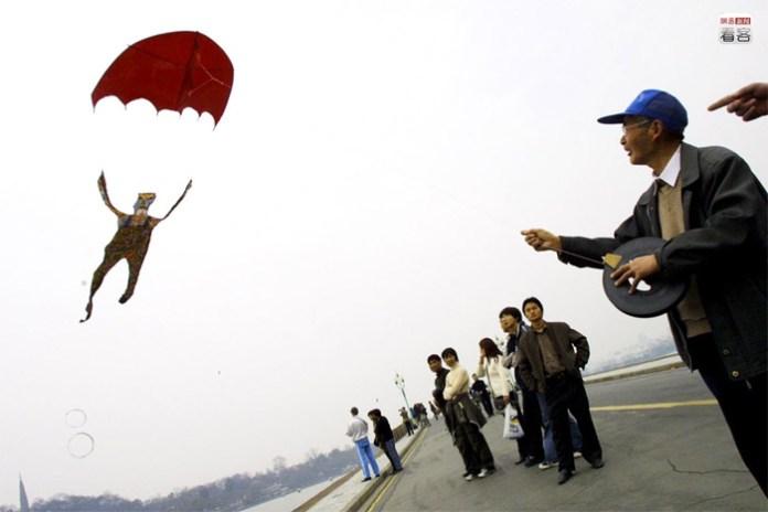 Hangzhou. A retired man created his parachute kite.