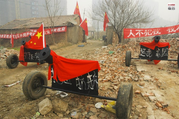 a man in Henan province, built six cannons to defend the area from the eviction teams