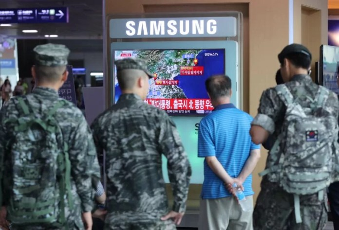 South Korean soldiers and passenger watch a TV broadcasting a news report on Seismic activity produced by a suspected North Korean nuclear test, at a railway station in Seoul, South Korea, September 9, 2016. Kim Ju-sung/Yonhap via REUTERS