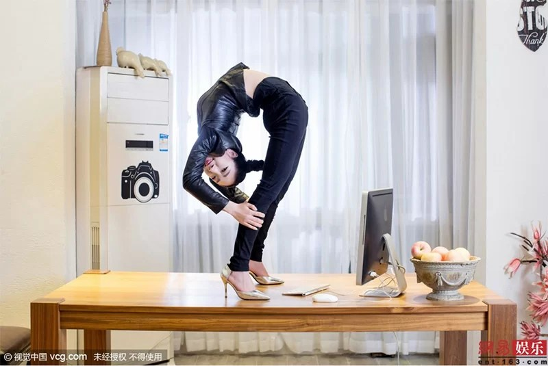 double jointed contorsionist