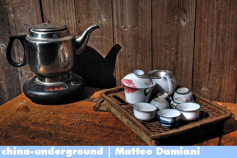 tea-set-in-Fujian-Tulou