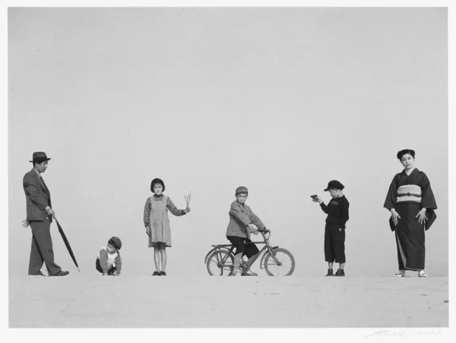 爸爸,妈妈和孩子们,1949 - Papa, Mama and Children (1949), Image ©Shoji Ueda Office