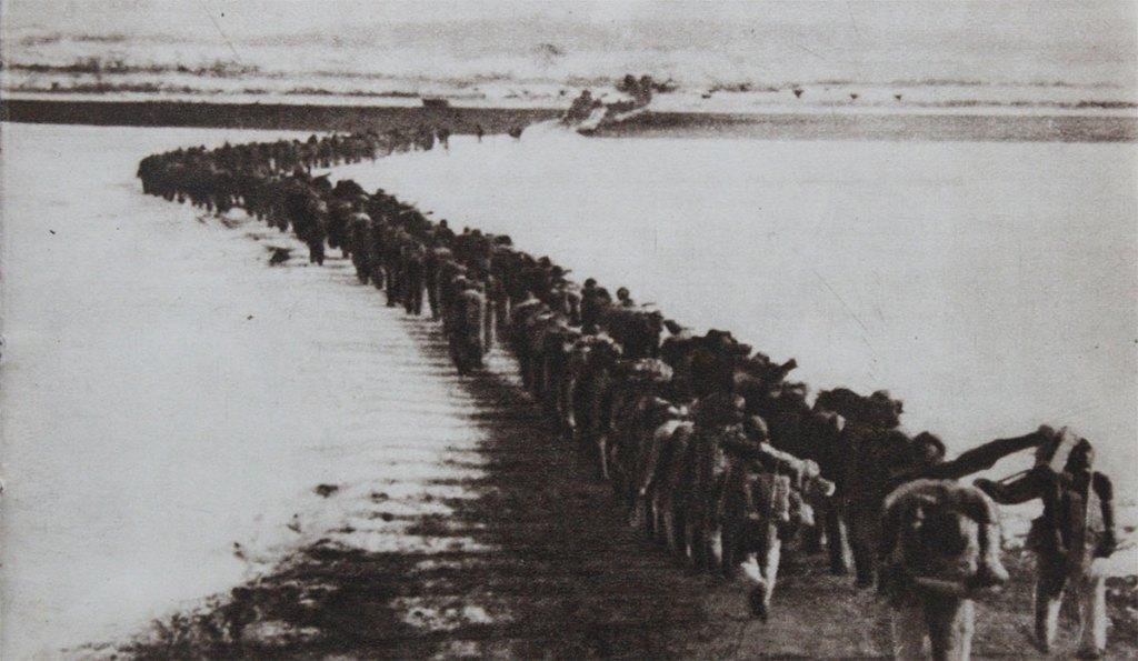 pictures Korean War Chinese troops crossing Amrokgang river