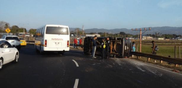 杜姑门区翻车意外造成15人受伤