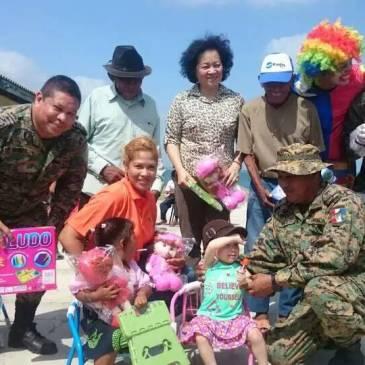 中国驻巴拿马办事处闫秀玲女士向巴边警总部捐赠及慰问边境民众