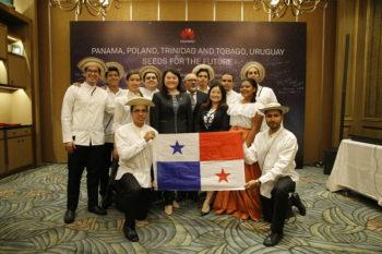 """华为""""未来种子""""项目的十名巴拿马学生赴华学成毕业"""