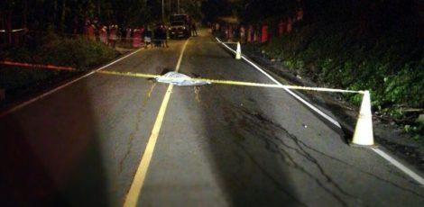 身份不明男子被抛尸公路 死因离奇