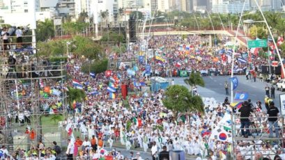 世青节开幕式:海滨大道上15万朝圣者共见证