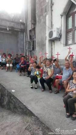 温州十字架_举着小十字架的阿公阿婆