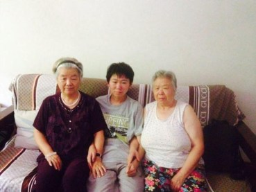 Bao Zhuoxuan with grandmothers