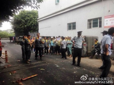 With the held of Dagongzu, sanitation workers in Shatou street, Dongguan, won a collective rights defense case in November, 2015.