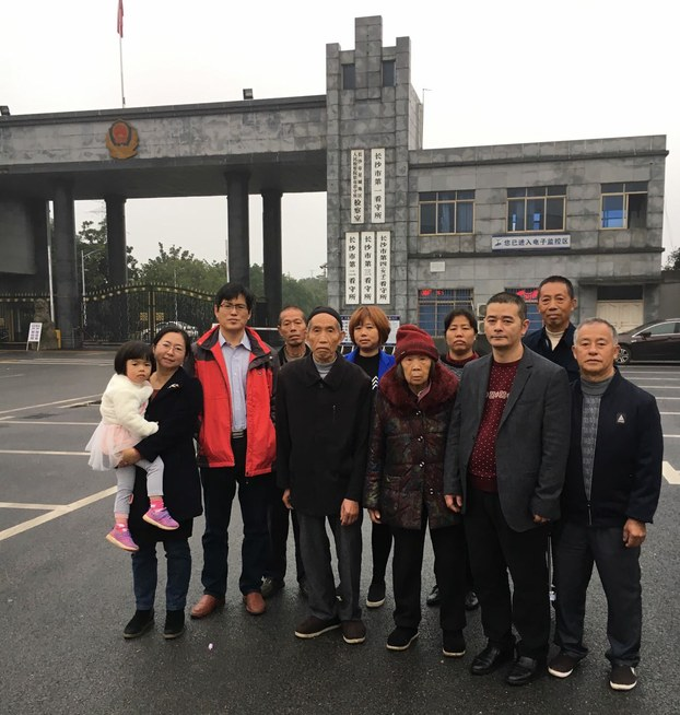 xieyang-family-and-lawyer-outside-the-detention-center