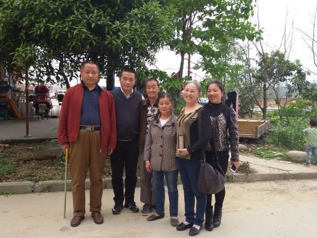 Huang Qi, 与访民合影